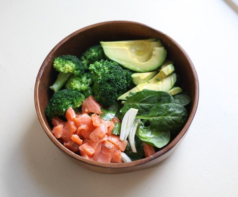 Receta EatBiotiful: Bowl de salmón y aguacate